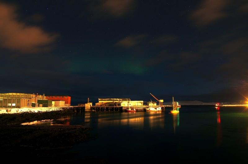 schwaches Nordlicht im Hafen von Vadøy