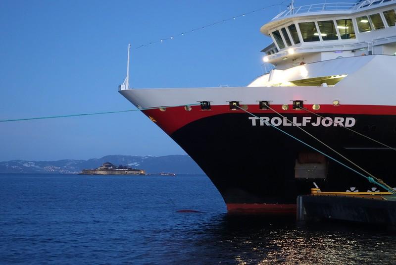 die Trollfjord in Trondheim, im Hintergrund die Insel Munkholmen