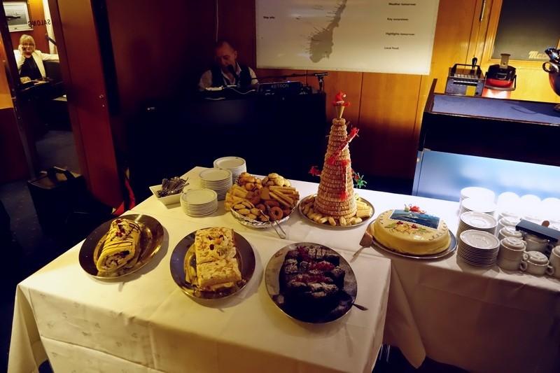 ...so auch ein reichhaltiges Kuchenbuffett für ca 40 Passagiere