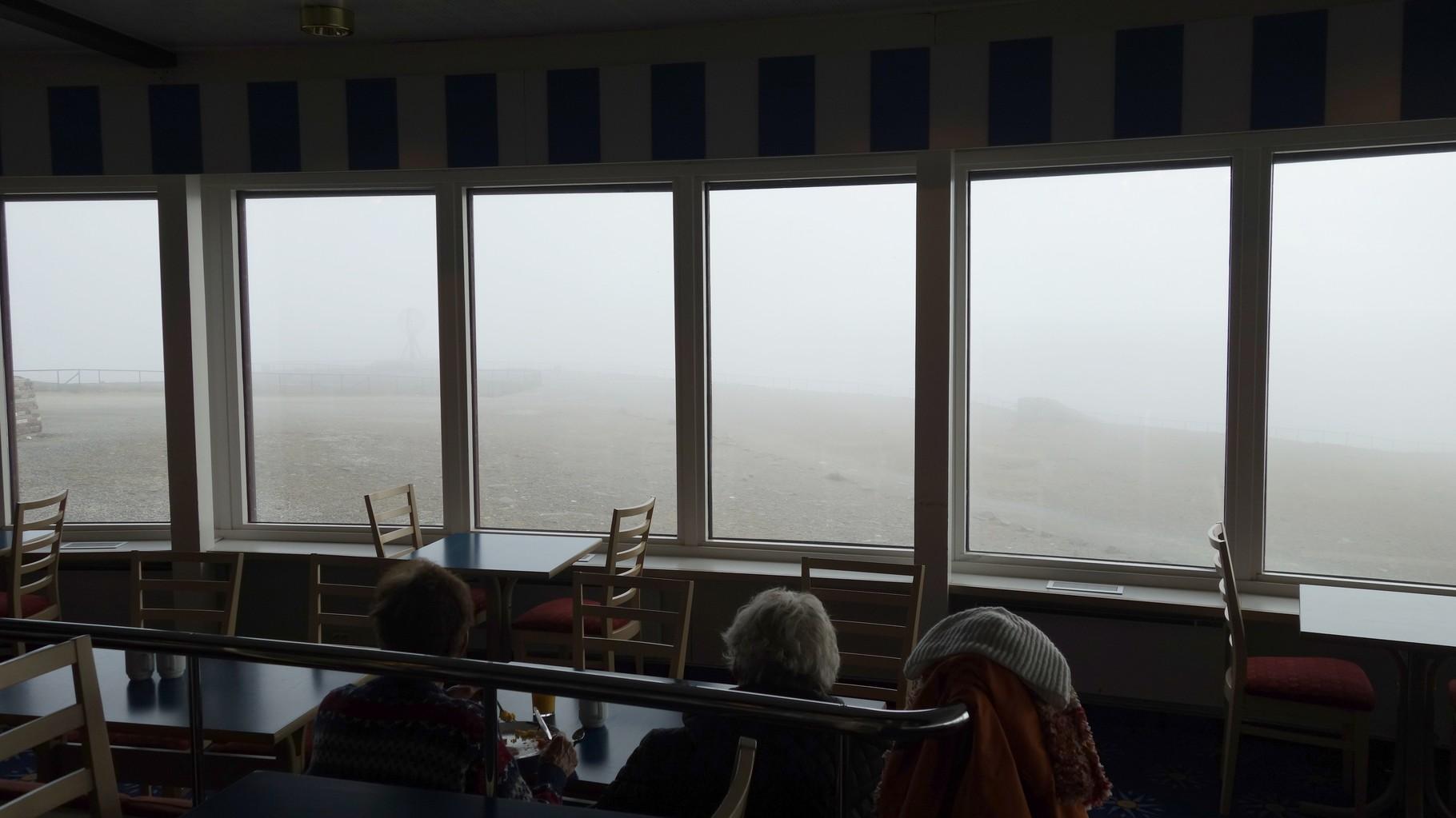 Frühstück am Nordkap, wie man sieht, sieht man nichts, na dann erst mal Mahlzeit