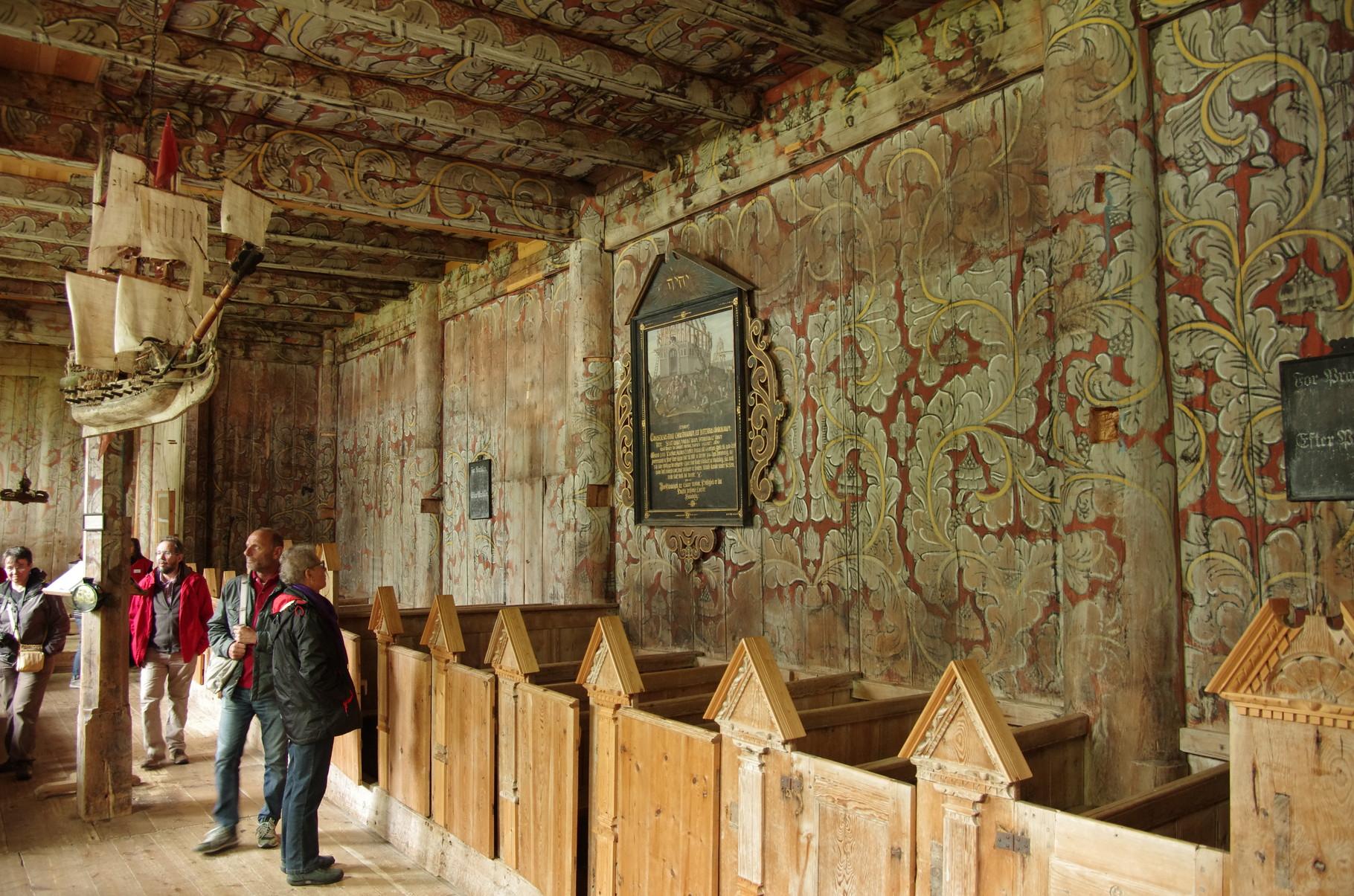 mit sehr schönen Wandmalereien im Inneren