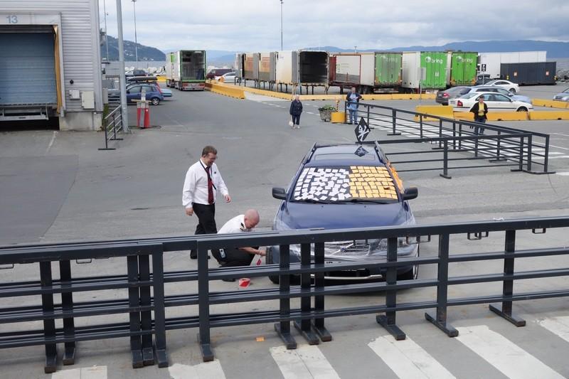 in Trondheim wird das Auto eines Angehörigen der Crew ordentlich dekoriert und verpackt