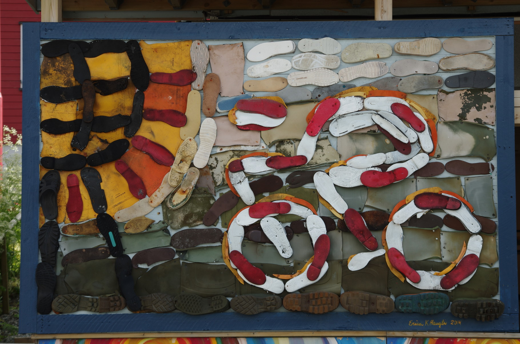 ...mit interessanten Wandbildern aus am Strand gefundenen Schuhen