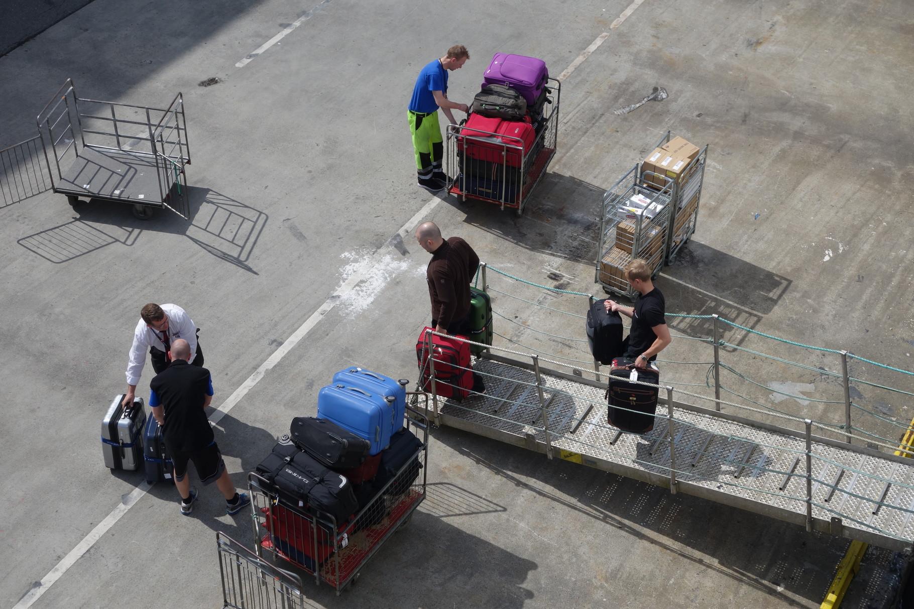 ...unser Gepäck wird von Bord gebracht...