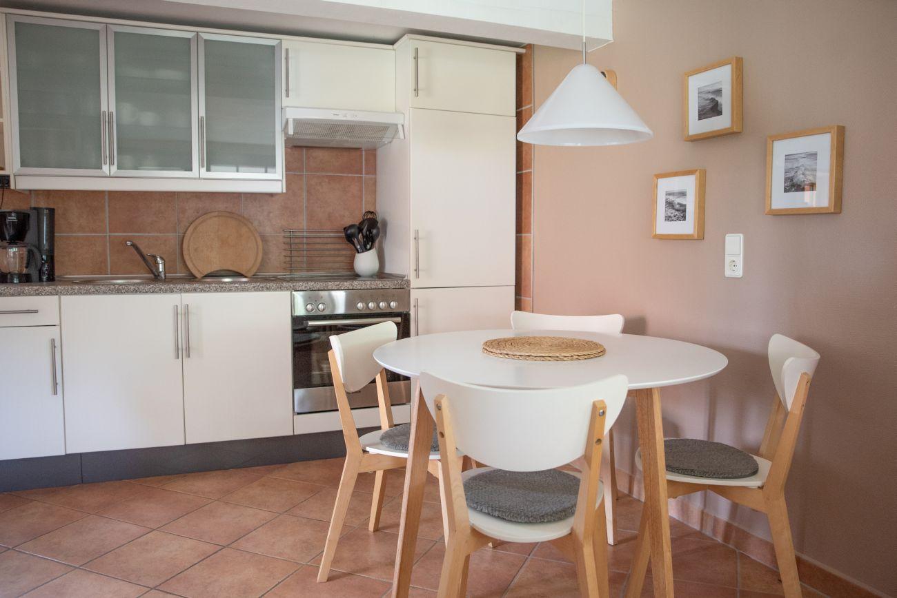 Komplette Küche mit Esstisch