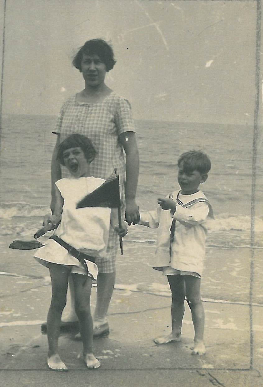 Mama am Strand von Blankenberge 1933