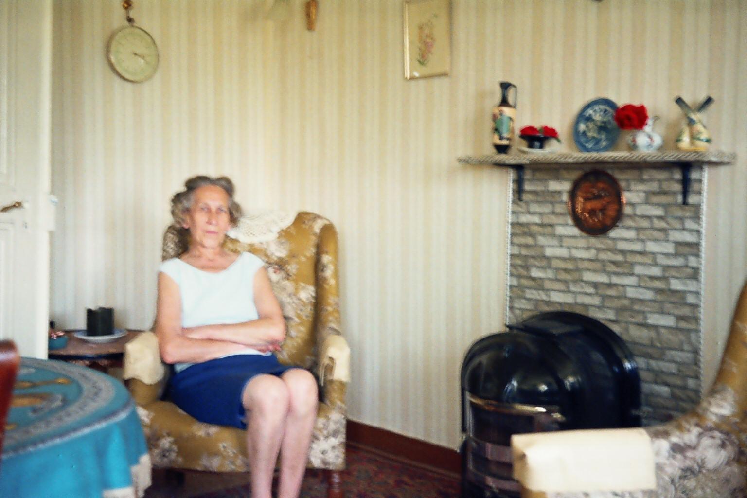 Martha im Wohnzimmer zu hause 1969