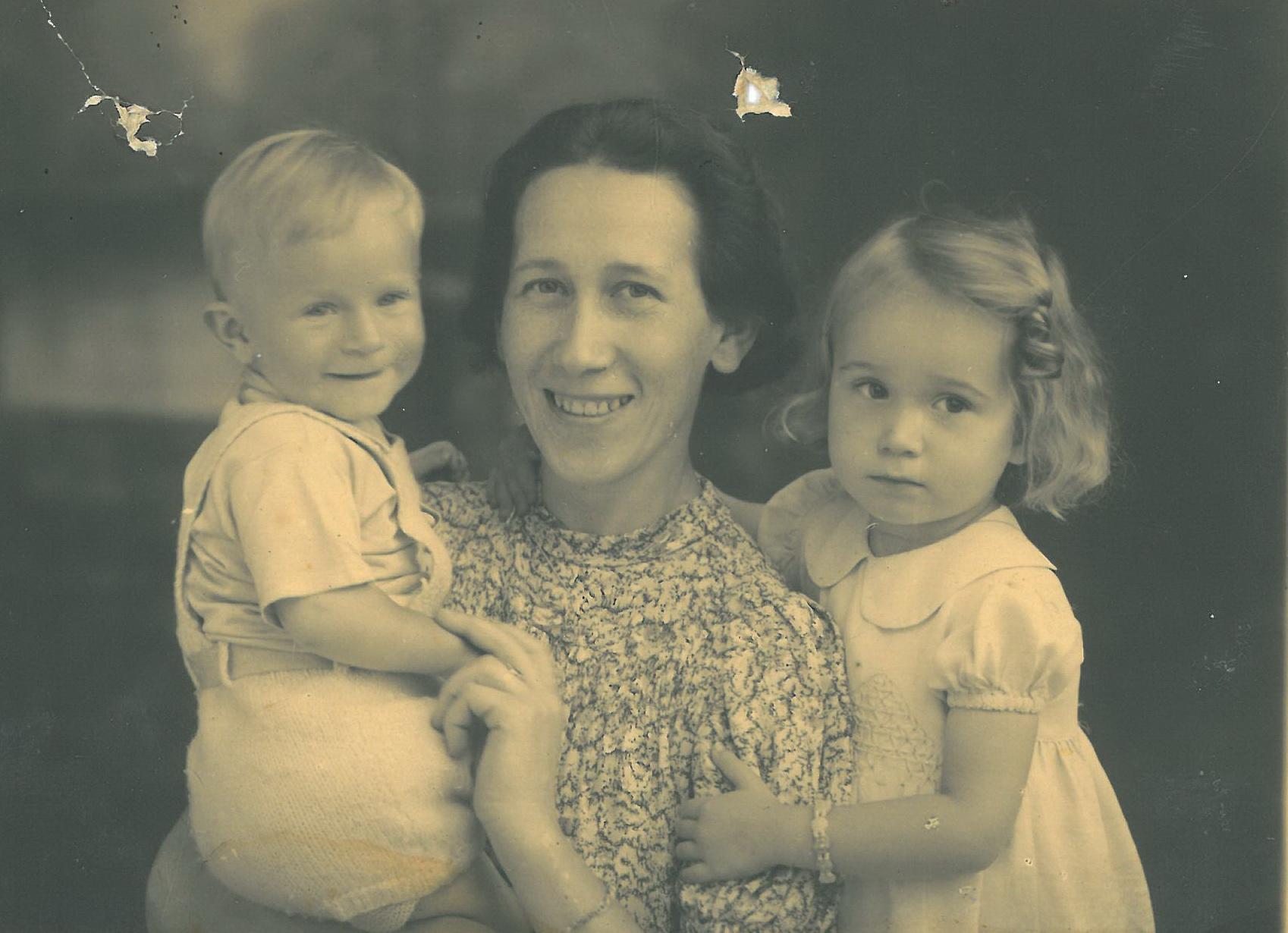 Martha mit Monique und Siegfried 1944
