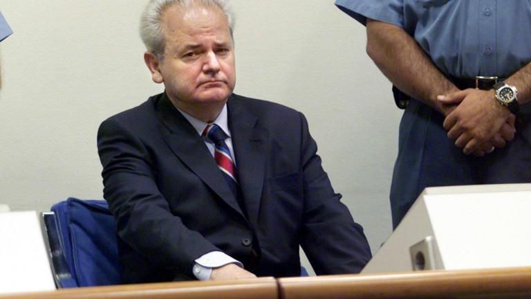 Milosevic vor dem Strafgerichtshof in Den Haag 2001