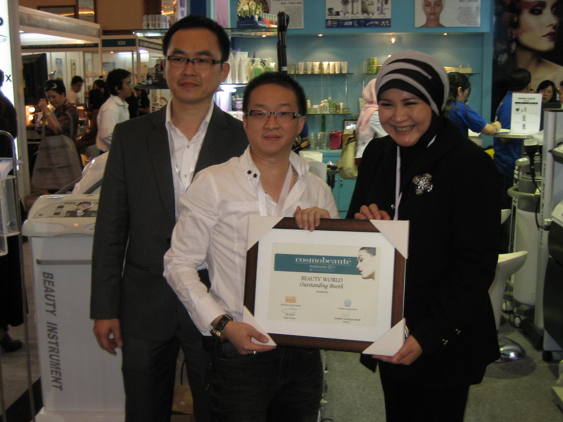 Efendi with award in Jakarta 2011