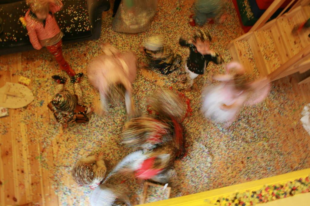 Säckeweise Konfetti wird im Kinderladen ausgeleert
