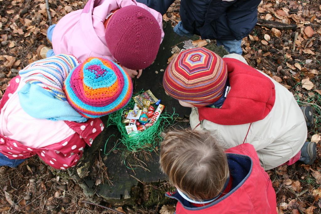 An Ostern gehen die Kinder auf Schatzsuche im Grunewald