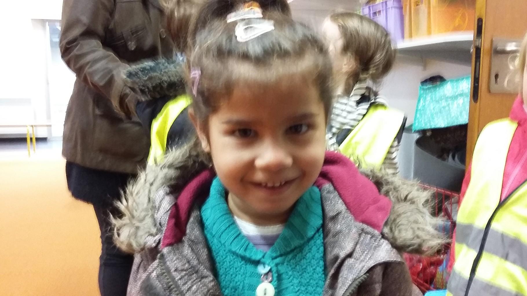 Alexandra (la petite) la seule à prendre le car tous les matins et à rester à l'école toute la journée arrive en classe avec un large sourire !