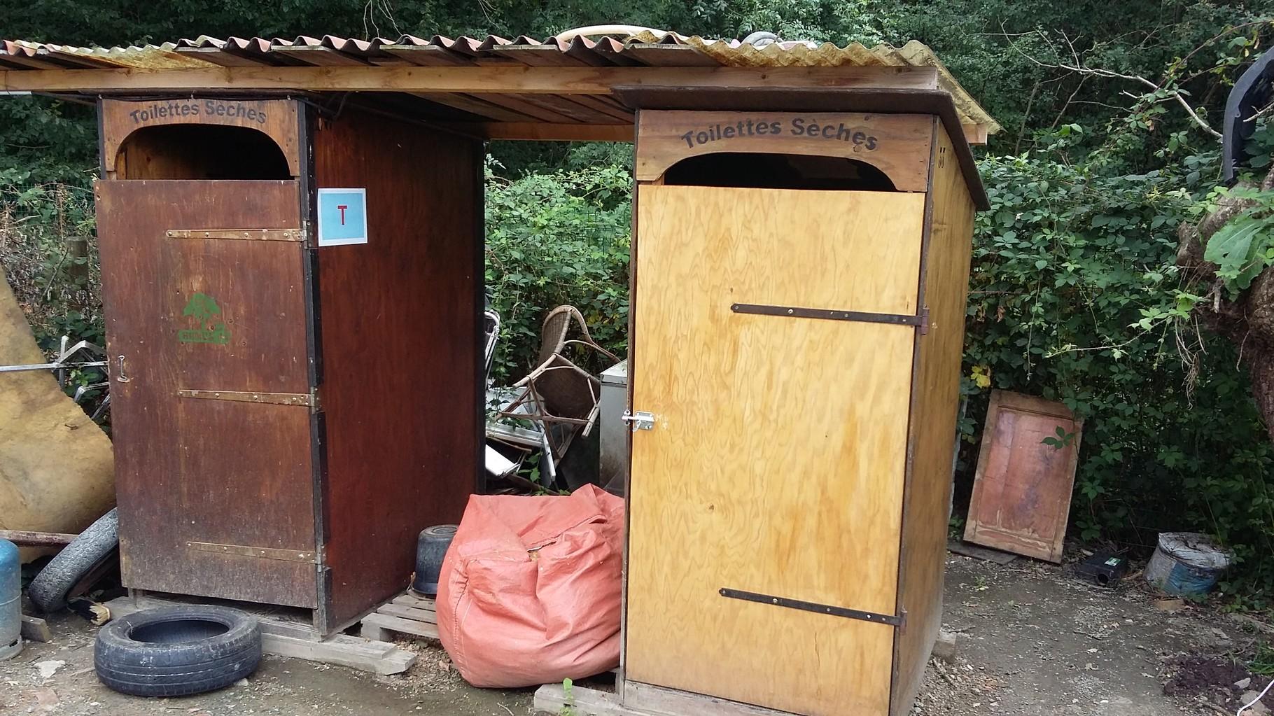 """Gérard et Jean-Luc d'Humus 44 ont """"toiletté"""" les 2 toilettes sèches : elles en avaient grand besoin. Précisons que ces toilettes sont louées à la commune par Humus 44."""