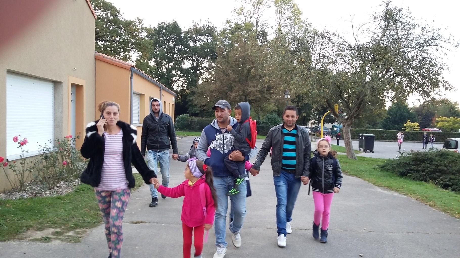 Luiza avec sa maman Cosmina, Madalin dans les bras de son papa Nelu, Alexandra et Lavinia (cachée) donnent la main à leur papa Lorenzo et derrière, Lucas avec son papa Florinel.
