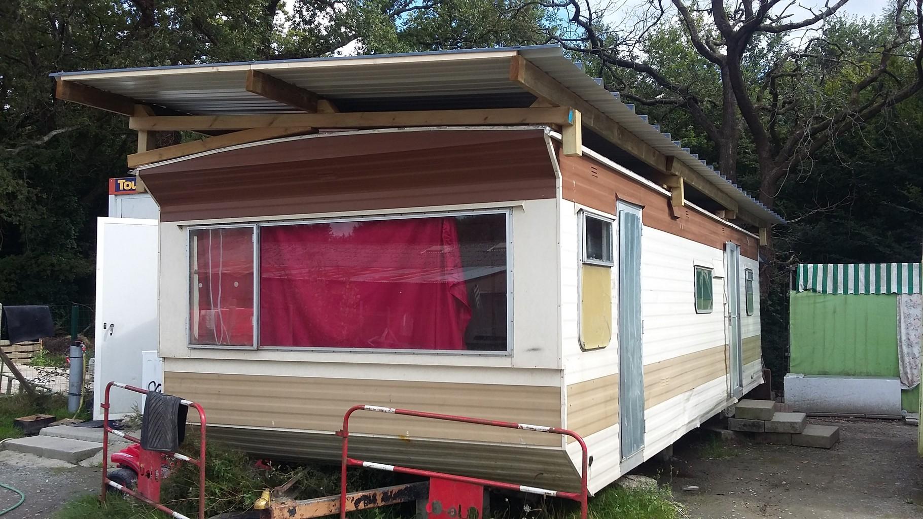 Gérard et Marc Dupuis ont  couvert le mobil-home d'un toit en bac acier pour éviter les infiltrations d'eau à l'intérieur. Matériaux en partie fournis par la mairie, le reste par Cell'Accueil :  il reste à l'équiper en électricité.