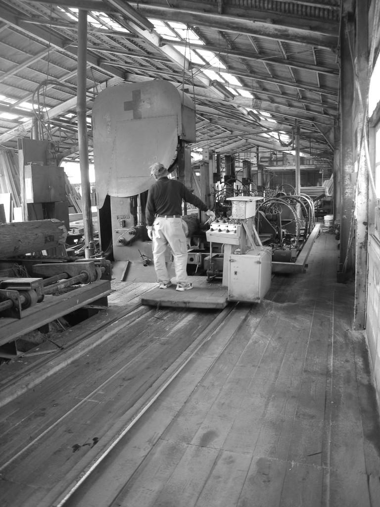 自社にて木材の製材中の様子です