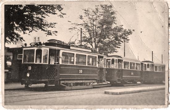 Dreiwagenzug der Linie 1 am Bahnhof Potsdam