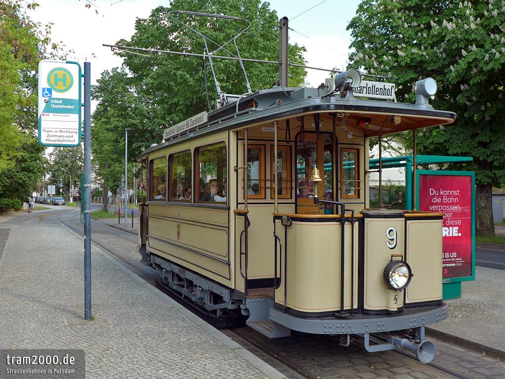Der historische Lindner-Wagen am Schloss Charlottenhof