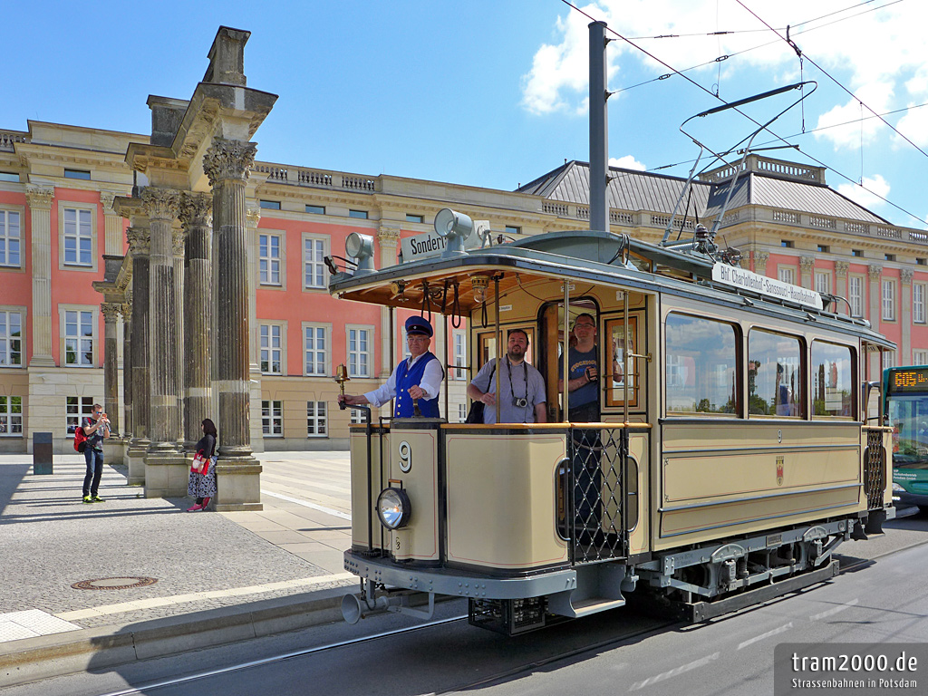 Der Lindner-Motorwagen vor der Ringer-Kollonnade des Stadtschloss