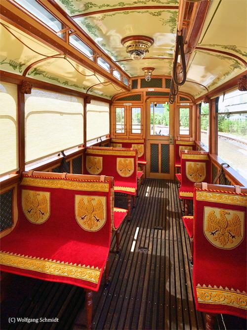 Rekonstruierte Sitzbezüge im historischen Straßenbahnwagen
