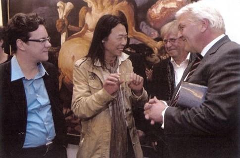 "April 2008: Tour of the former Federal Foreign Minister Frank-Walter Steinmeier through the Berlin gallery quarter in Friedrichstraße. Closing event: the show ""Berlin-Beijing"" in the gallery Tammen & Gaulin"