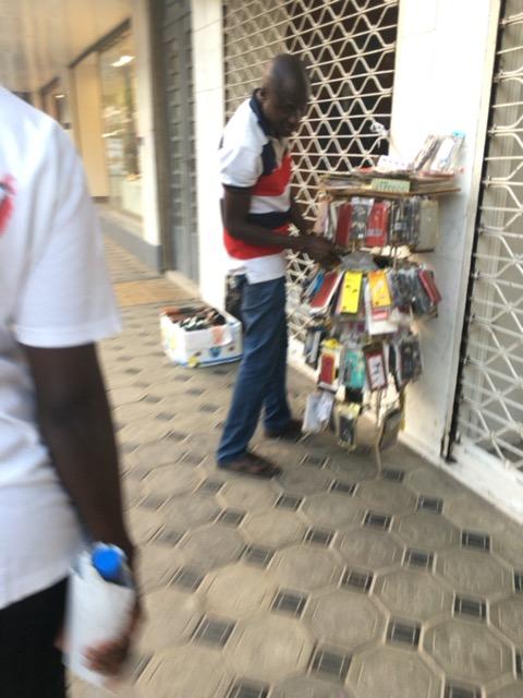 営業終了後のお店の前で商品を売るバナバナ