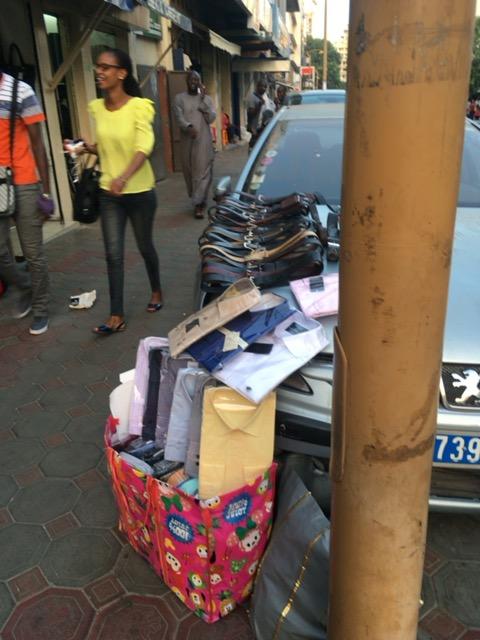 他人の車の上に勝手に商品を陳列して売る人