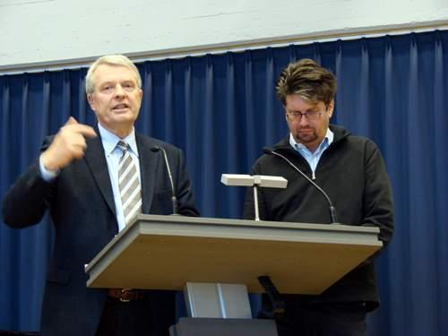 Referent: Dr. Peter Bukowski, Wuppertal  hier mit dem Vorsitzenden der ACK-Bonn Pastor H.H. Mauschitz (r.)