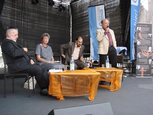Podiumsgespräch mit Vertretern der Religionsgemeinschaften  Moderation: Sup.i.R. Burkhard Müller  (v.l.n.r.) Rabbiner J. Berger, Pfarrerin Barbara Rudolph, H. Yildiz