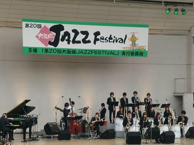 さてさて本番ステージ。  野外演奏とあって音の反響など、いつもと違う雰囲気でしたが楽しかったです!
