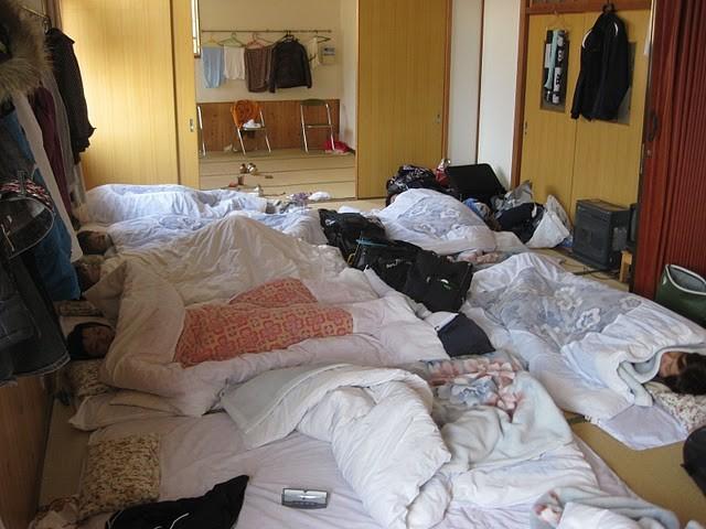 合宿の朝の光景(男子部屋)。熟睡中・・・。