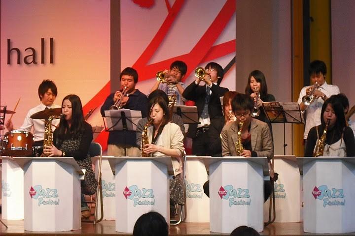 セレクションバンドのみなさん。音量制限ガン無視で大塚さんも参加。