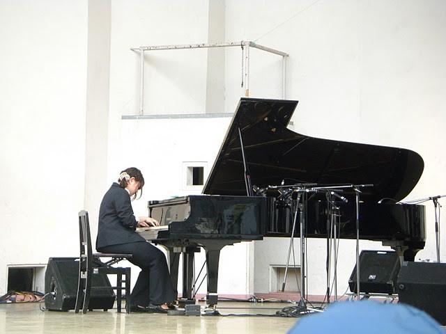 ちょっと離れた位置にあったピアノ。  でも抜群の存在感の演奏です、さすがふーちゃん!