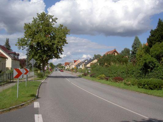 """Ortseinfahrt aus Richtung Berlin. - Beginn der Hauptstraße (L100). Das Ortsschild """"Schönwalde"""" kommt erst ein Stück weiter hinten, der Teil vorn gehört zu Schönerlinde!"""
