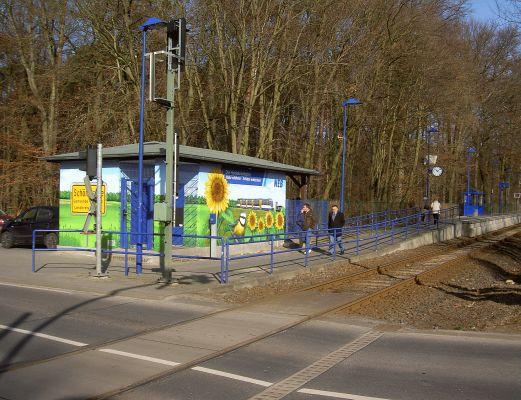 Bahnhof mit buntem Häuschen (nur für den technischen Betrieb). - Linie RB27 ab Karow. Zubringer ist die S2 in Richtung Bernau.