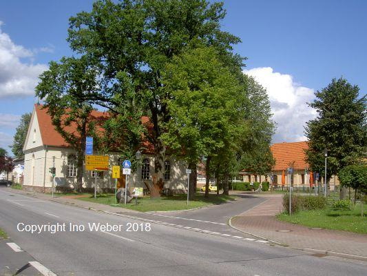 Zentrum mit Kirche, ab 2019 auch mit Bibliothek und Heimatstube.
