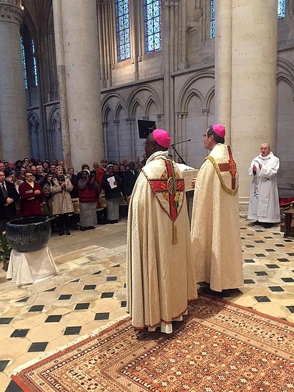 Les deux évêques face à l'assemblée, très très applaudis.