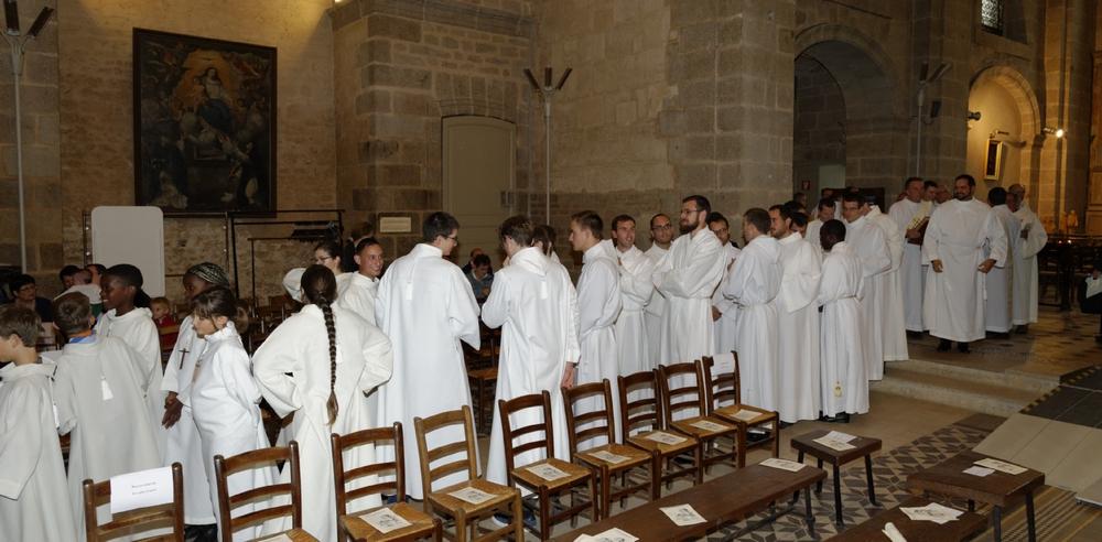et que la longue procession des servants d'autel,