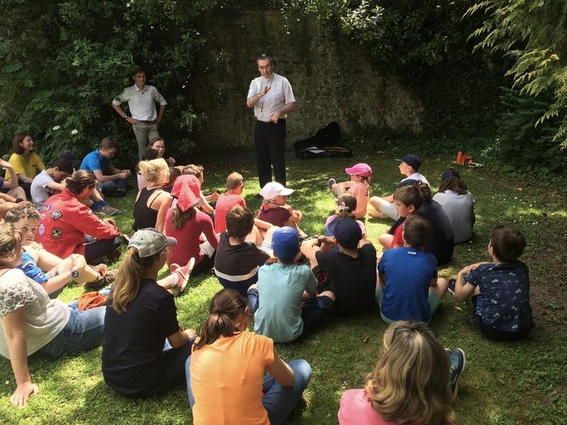 Avec un rassemblement de jeunes, ici Mgr Habert leur donne un enseignement.