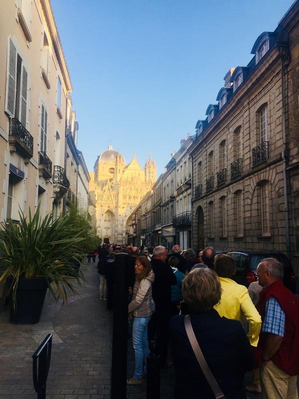 Gros, gros succès populaire : la queue du mercredi allait plus loin que le début de la rue du Bercail !!