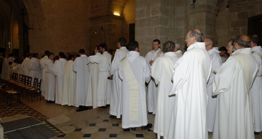des diacres et des prêtres se met en place.