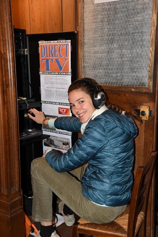 Laure est aux commandes pour assurer l'enregistrement pour la radio RCF