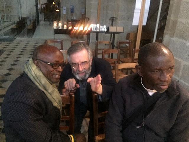 Conversation passionnée dans la basilique entre le P. Thierry Hénault-Morel et les abbés Alphonse et Blaise.