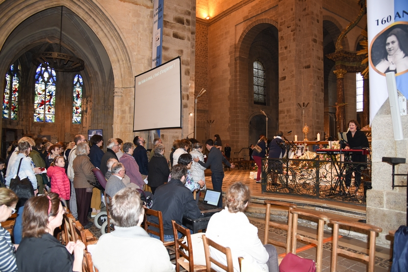 puis chacun s'avance vers l'autel pour lancer quelques pétales de roses sur le Saint Sacrement