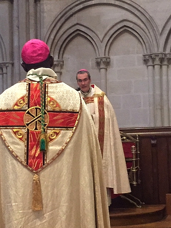 Mgr Habert décore Mgr Bernard-Emmanuel du mérite diocésain