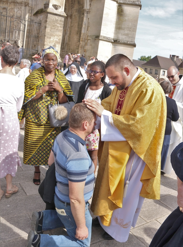 Bénédiction par le nouveau prêtre.