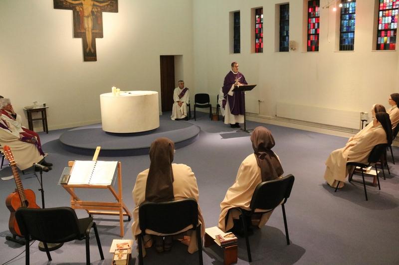 La journée débute par l'eucharistie chez les soeurs Clarisses d'Alençon