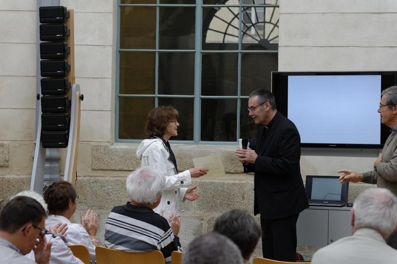 Remise de sa lettre de mission à Geneviève Dectot par Mgr Habert