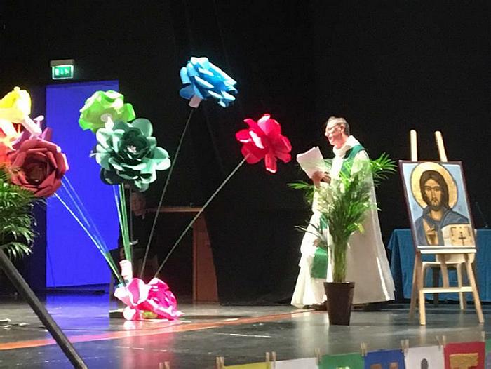 Pour la célébration d'ouverture, une fleur par région pour composer un bouquet symbolisant la fraternité entre les aumôneries.